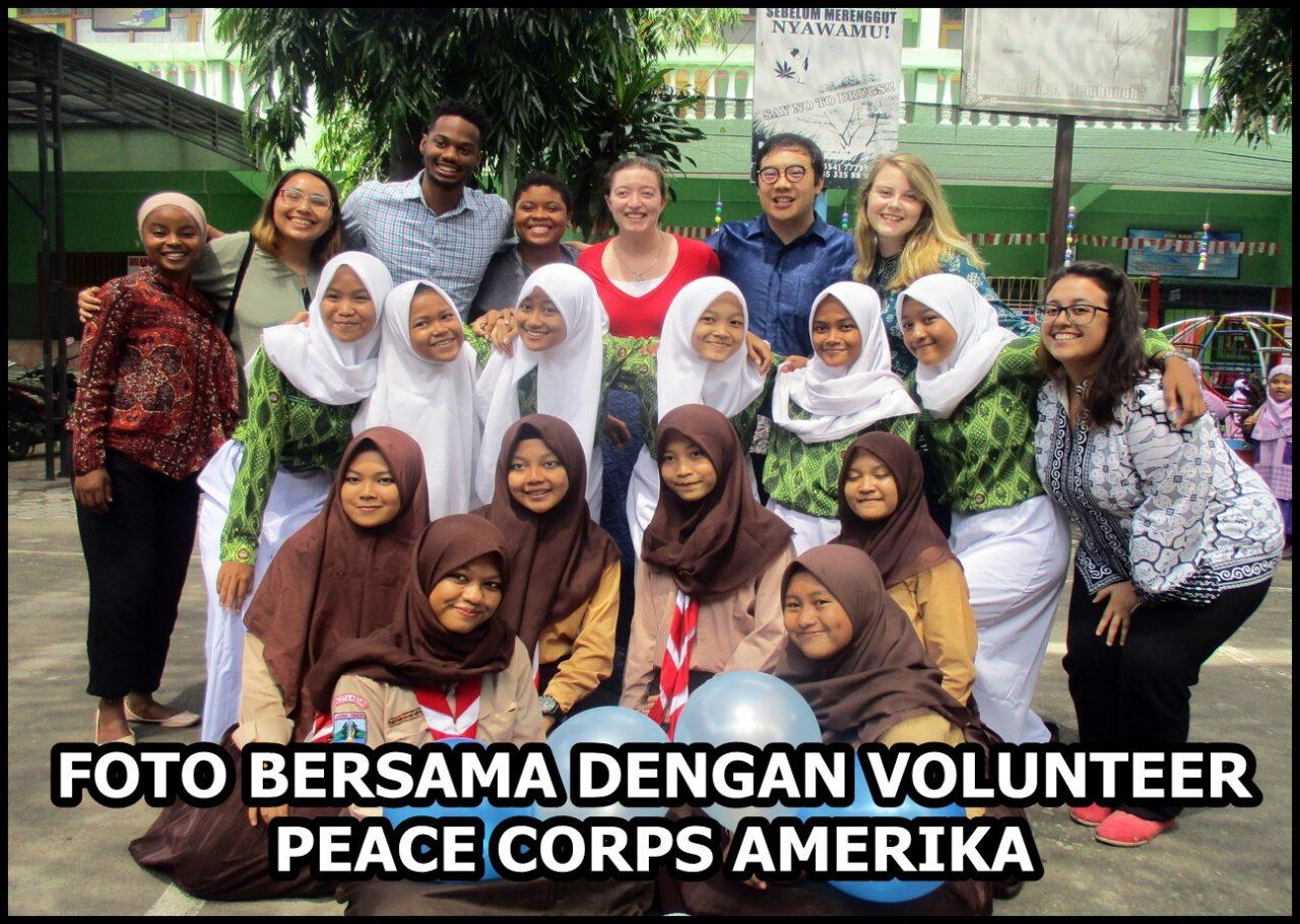 FOTO BERSAMA SISWA DENGAN VOLUNTEER PEACE CORPS